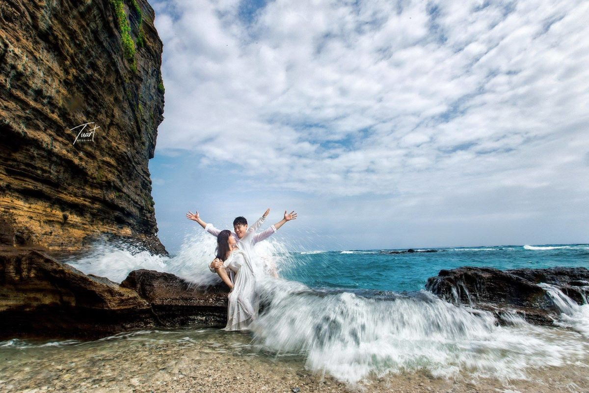 8 Cách Tạo Dáng Ngoại Cảnh Biển Ấn Tượng Khi Chụp Hình Cưới 13