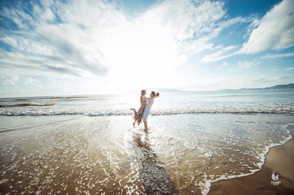 8 Cách Tạo Dáng Ngoại Cảnh Biển Ấn Tượng Khi Chụp Hình Cưới 10